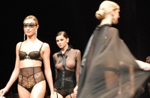法国透视走秀:巴黎真空透明时装秀,不多说你懂的!